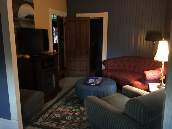 Monmouth, OR: MaMere's Study
