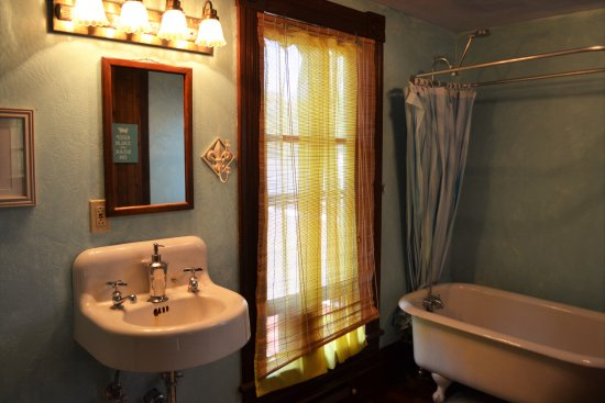 Monmouth, OR: Shared Bath for Rose Room, French Toast and Magnolia