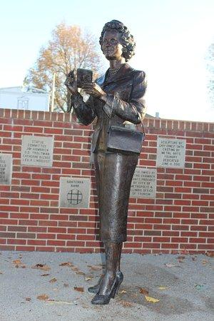 Metropolis, IL: The Noel Neill Lois Lane Statue.