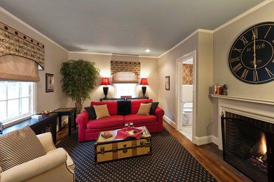 Auburn, NY: Equestrian's Living Room