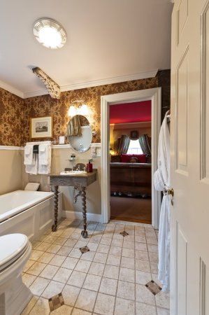 Auburn, NY: Equestrian bath and bedroom