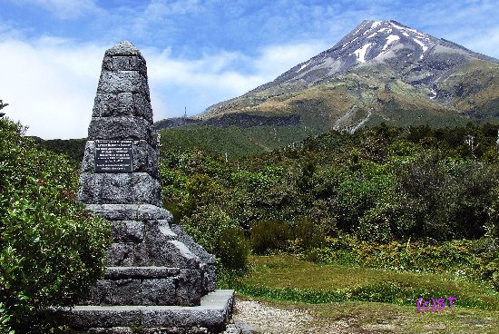 New Plymouth, New Zealand: Monument and Mt Taranaki