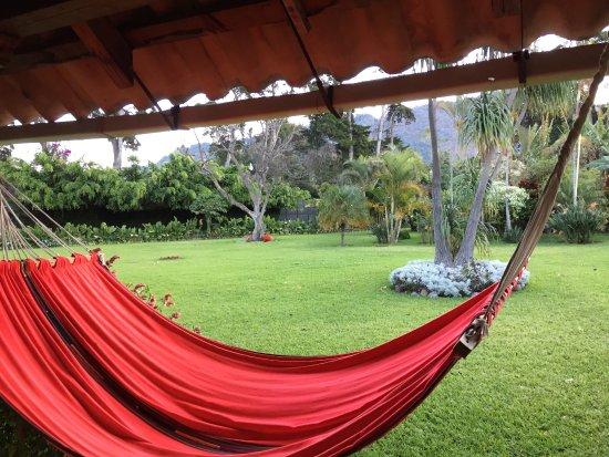Hotel Posada de Don Rodrigo Panajachel: view of grounds from the walkway