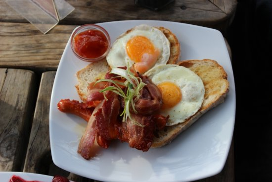 Walnut Cottage Cafe: The bacon and eggs, full of flavour.