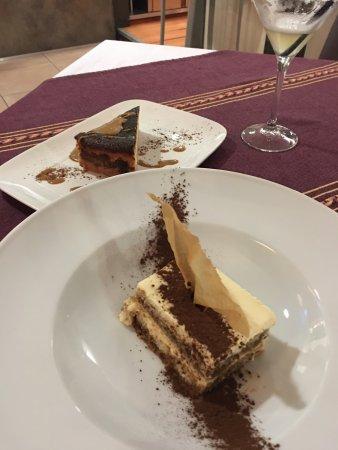 Paroisse La Massana, Andorre : Postres: Cheesecake de queso y tamal (al fondo) y Tiramisú especial con tequila, muy ricos tambi