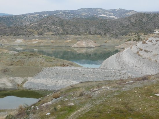 Kalavasos, Cypern: VIEW FROM THE WEST TO THE EAST AT THE WALL OF THE WATERDAM