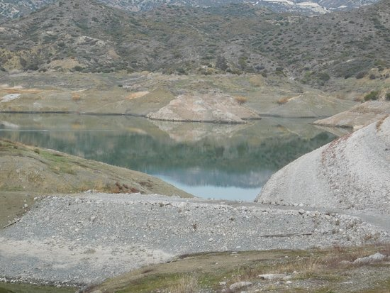Kalavasos, Cypern: THE WHITE LINE SHOWS WHERE THE WATER CAN REACH IF THERED A LOT OF WATER