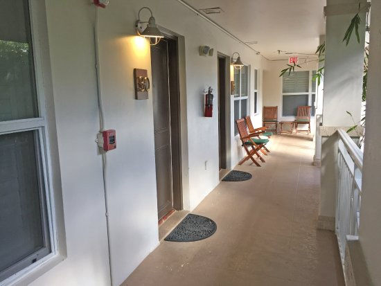 Crane's Beach House Boutique Hotel & Luxury Villas: Walk way to Rm 31 (near the two chairs).