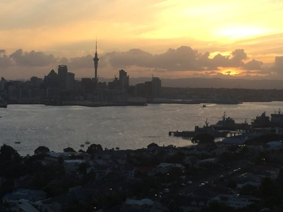 Devonport, New Zealand: マウント ビクトリアより オークランドの夕暮れ…