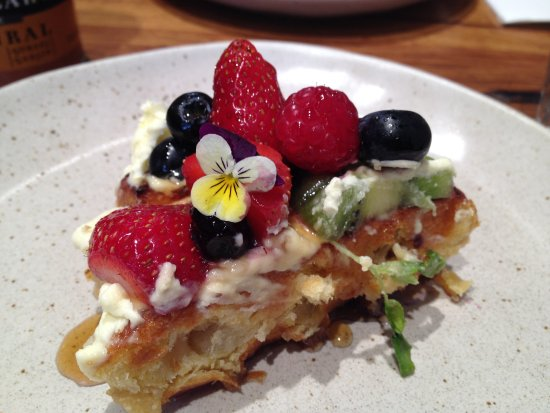 Windsor, Australia: We shared the Waffles with Berries and edible flowers