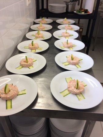 Valaurie, Francia: Tartare de saumon sur tagliatelle de courgette