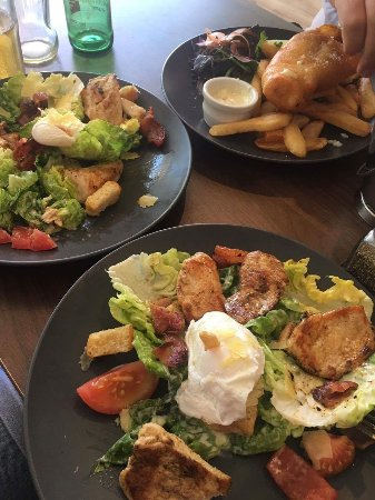 Orewa, Nueva Zelanda: Fish&chips / Chicken cesar salade 👍