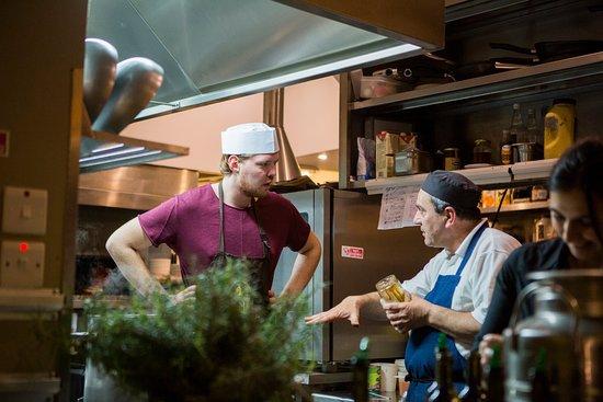 Ghajnsielem, Malta: Chef Henk van Vesper krijgt les van Chef Victor