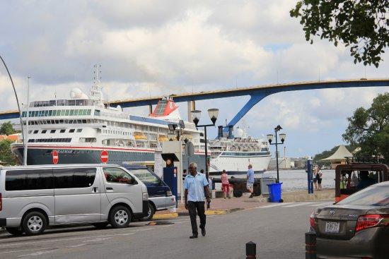 Queen Juliana Bridge: le pont vu de la rive de Punda
