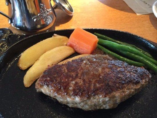Otawara, Japan: ハンバーグは300gもあります。これは200g。みっちりと硬くて美味しいです。