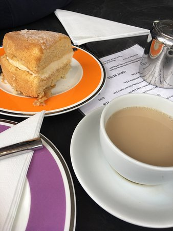Bosham, UK: Lovely lemon drizzle cake. Great value.