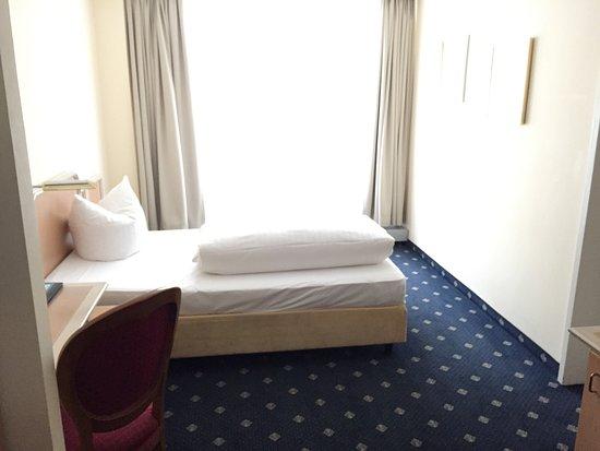 Ambiente Hotel: Camera spaziosa e pulita.