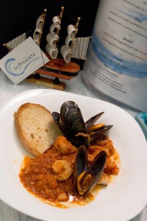 Cogoleto, Italie : zuppetta di mare leggermente piccante con crostini