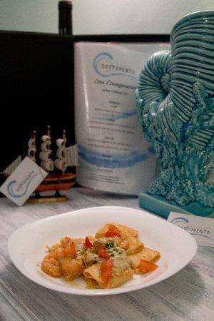 Cogoleto, Italie : paccheri con scampi e pomodorini su crema di carciofi