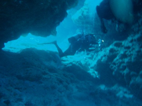 Tokashiki-son, Japan: 島の南側の水底。洞窟風の地形で有名。