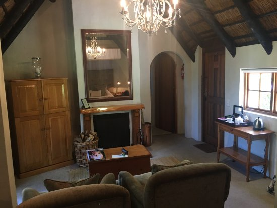 Harkerville, Sydafrika: Shared platter of meats and cheeses for lunch sat near the Boma, and internal and external views
