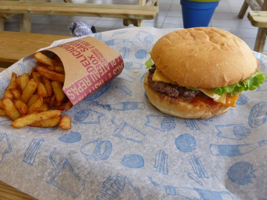 Herouville-Saint-Clair, ฝรั่งเศส: classique burger : Pain du boulanger – Steak haché, Confit oignons, cheddar, ketchup maison