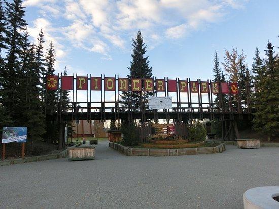 Pioneer Park: 入口ゲート