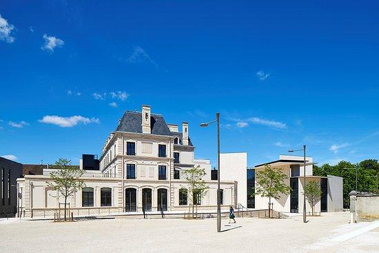 Chaumont, France: Vue extérieure. L'ancienne Banque de France et la Place des Arts