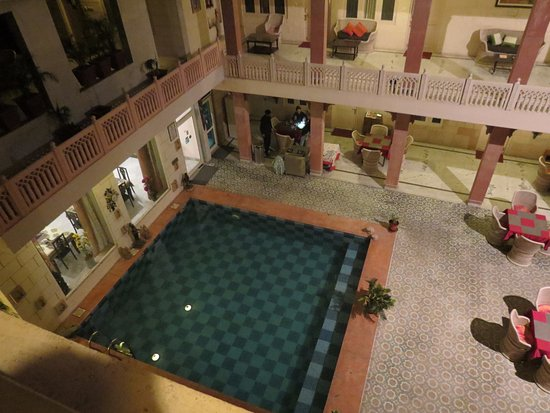 Suryaa Villa: piscine et restaurant extérieur