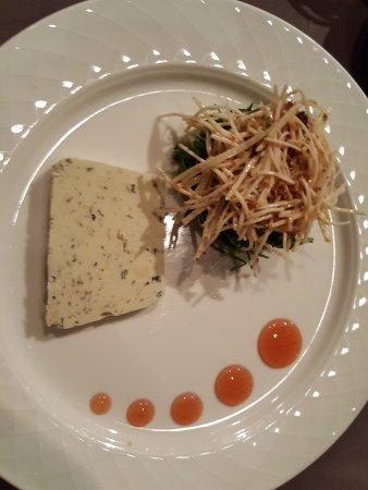 Sir Anthony Van Dijck: terrine van blauwe kaas met knolselderij salade (lijkt er anders uit te zien, maar hetzelfde)