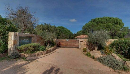 Les Pins de Santa Giulia : Entrée de la résidence par portail sécurisé