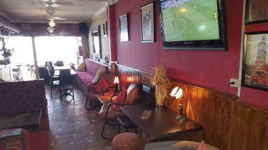 Lillie Langtry's: 4 large screens situated through the bar