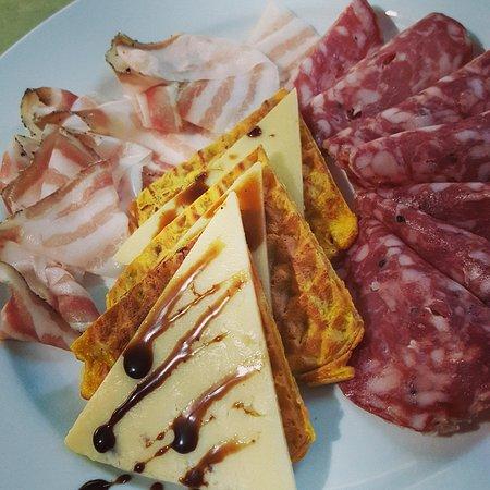 Deruta, Italy: Soppressata Veneta, Pancetta Umbra e Waflles di Polenta