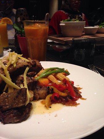 kedua kali makan malam di FRESCO Restaurant, dan kali ini bisa bareng sama keluarga. suana yang