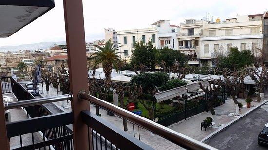 Adrian Hotel: Vue du balcon de la chambre 1er étage côté rue