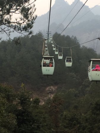 Lushan, Kina: Cable cars up and down.
