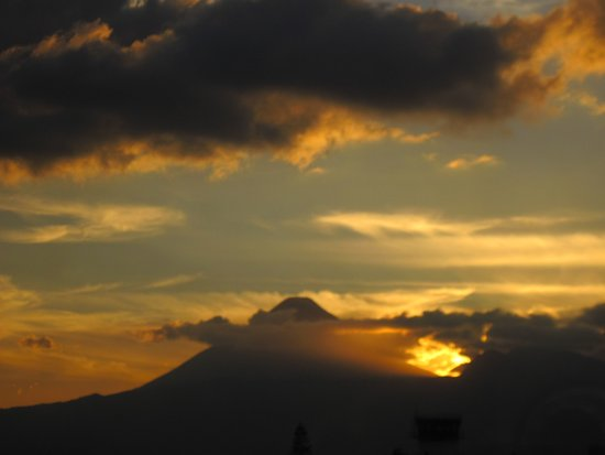 Crowne Plaza Guatemala: Un hermoso amanecer desde la habitacion.