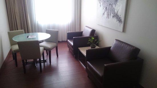 Hotel Reina Isabel: Sala de estar de la habitación