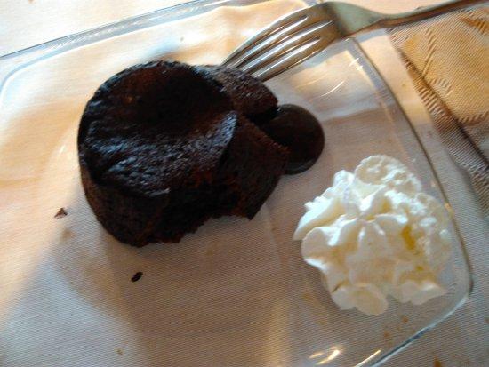 Penne, Italia: Squisito dolce al cioccolato della casa, fatto al momento