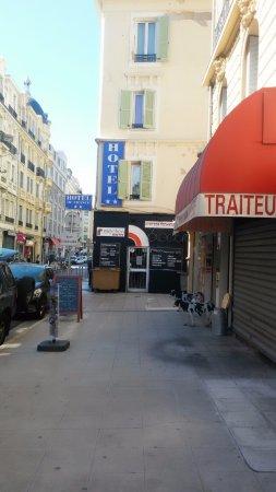 Hotel De France: Sur cette rue vous trouverez les marchands pour vos papilles gustatives ;)