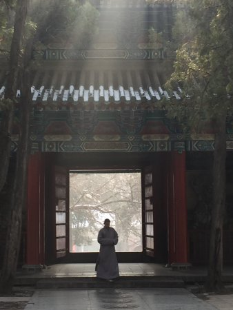 Dengfeng, Chine : Winter light embracing a Monk