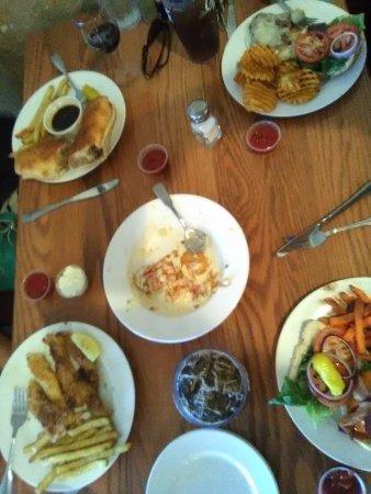 Camdenton, Μιζούρι: Lunch served by Sydney at Golden Rock Winery