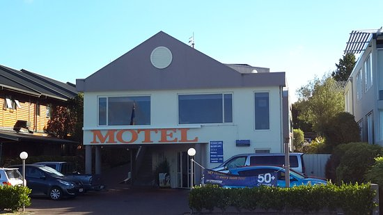 Bay Court Motel: The motel frontage.... from the lake side.