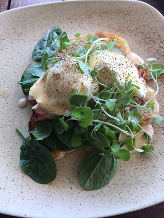 Mudjimba, Australia: eggs benedict