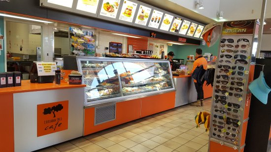 Tailem Bend, Australien: COOLABAH display cabinets and serving area