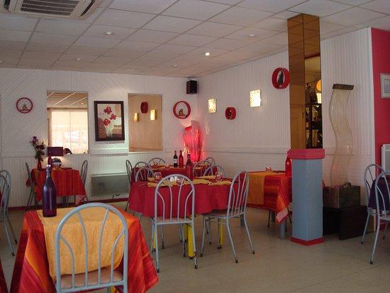 Saint-Sauveur, France: Une partie de la salle. (avant les clients).
