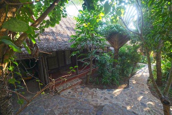 Ambatoloaka, Madagascar: vue sur jardin et bungalow