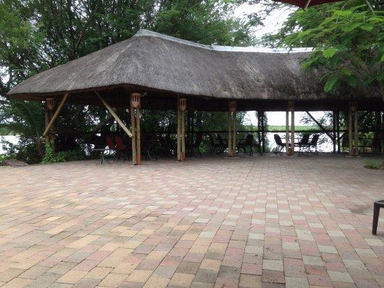 Cresta Mowana Safari Resort and Spa: uitzicht van aan het zwembad