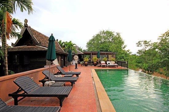 Saraphi, Thailand: piscine d'eau naturelle à débordement