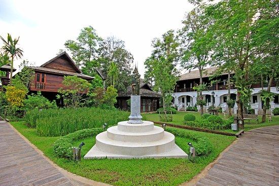 Saraphi, Thailand: Jardin et rizières, situé juste à l'arrière des villas sur pilotis...